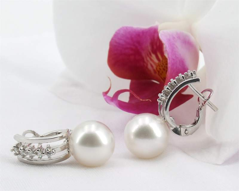 White South Sea pearl earstuds from Selectraders
