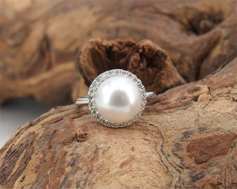 White Gold Ring at SelecTraders